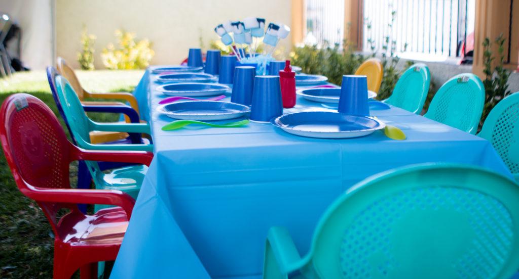 Mesas y sillas infantiles. Mobiliario incluido en el menú infantil.
